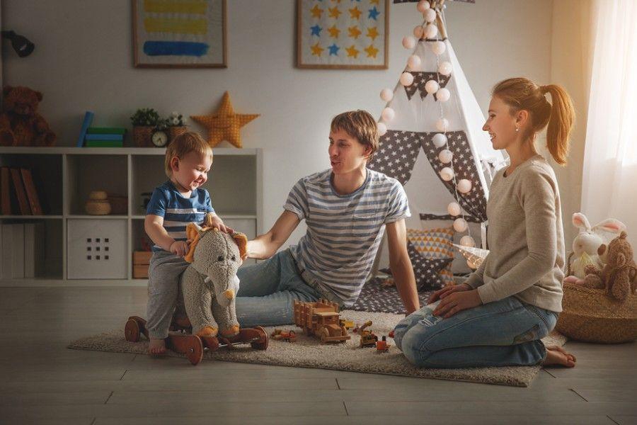 peuter speelt met ouders op de kinderkamer