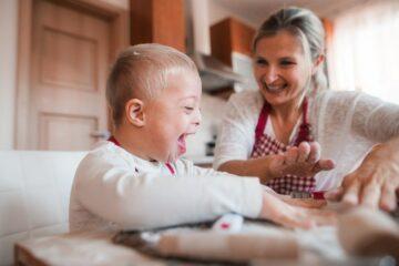 Moeder en zoon spelen het peuterspelletje kleien