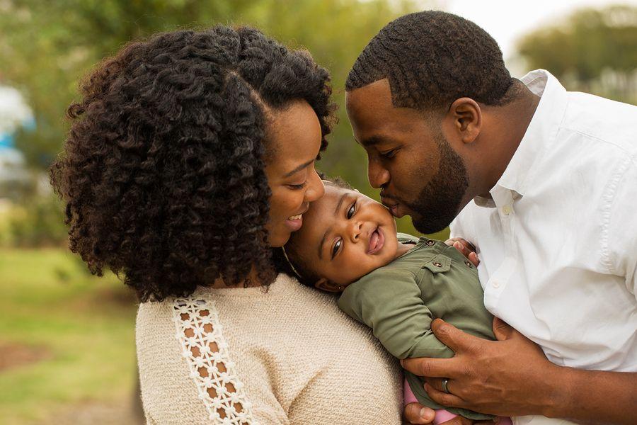 Ouders kussen baby met café-au-lait-vlek