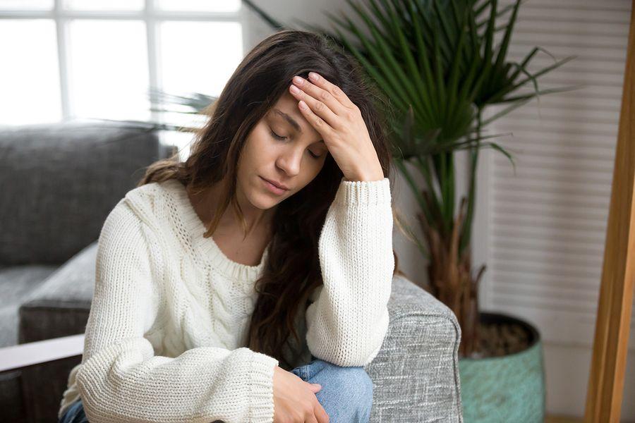 Vrouw met kraamvrouwenkoorts voelt zich ziek op de bank