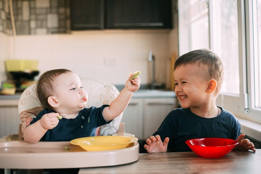 Twee kindjes eten vegetarisch eten