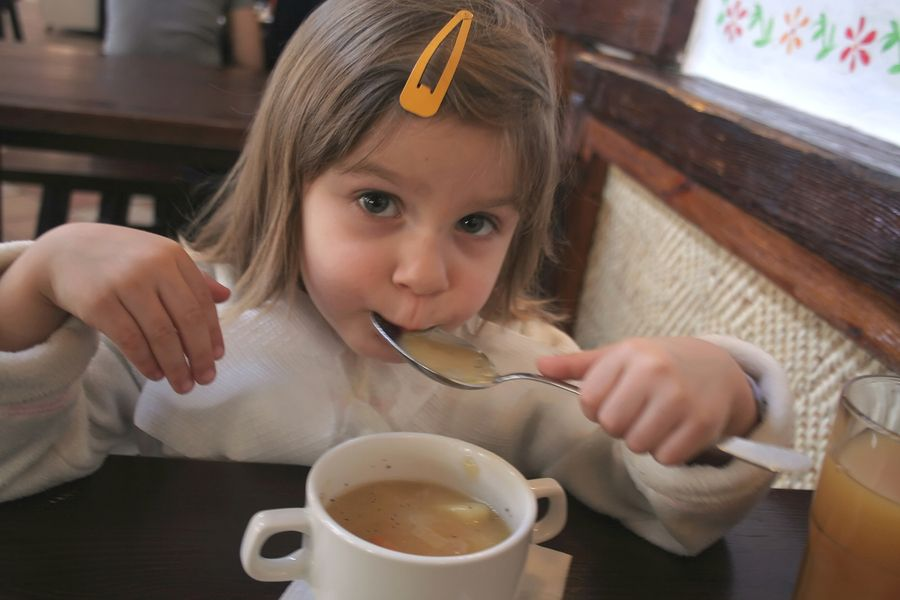 Peuter eet vegetarische soep