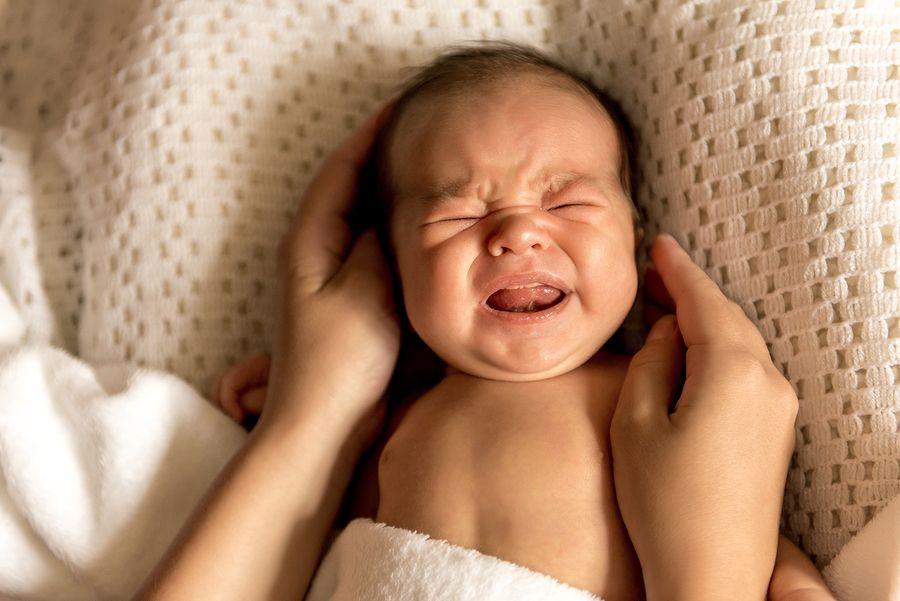 Baby is aan het overstrekken tijdens het huilen