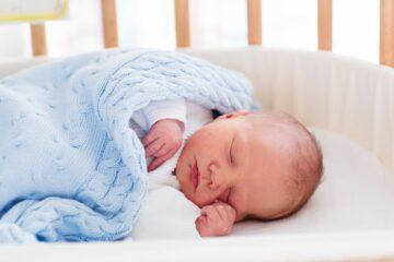Babyjongetje slaapt na besnijdenis ingreep
