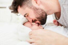 Vader knuffelt zijn kindje tijdens geboortverlof voor partners