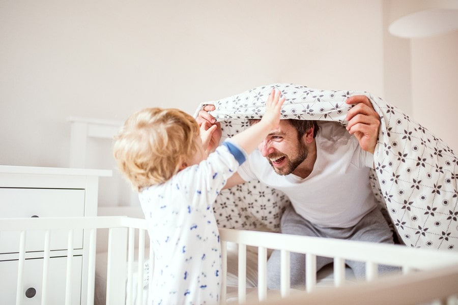 Vader brengt kind van 2 jaar naar bed om te slapen