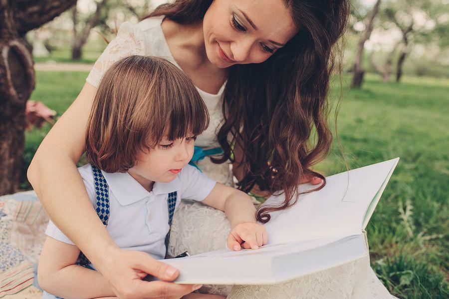 Peuter van 2 jaar leest samen met mama