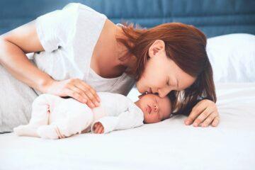 Moeder knuffel baby, die net eerste ontlasting meconium heeft gehad