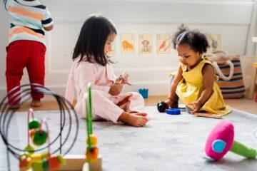 Twee meisjes zijn bezig met samen spelen