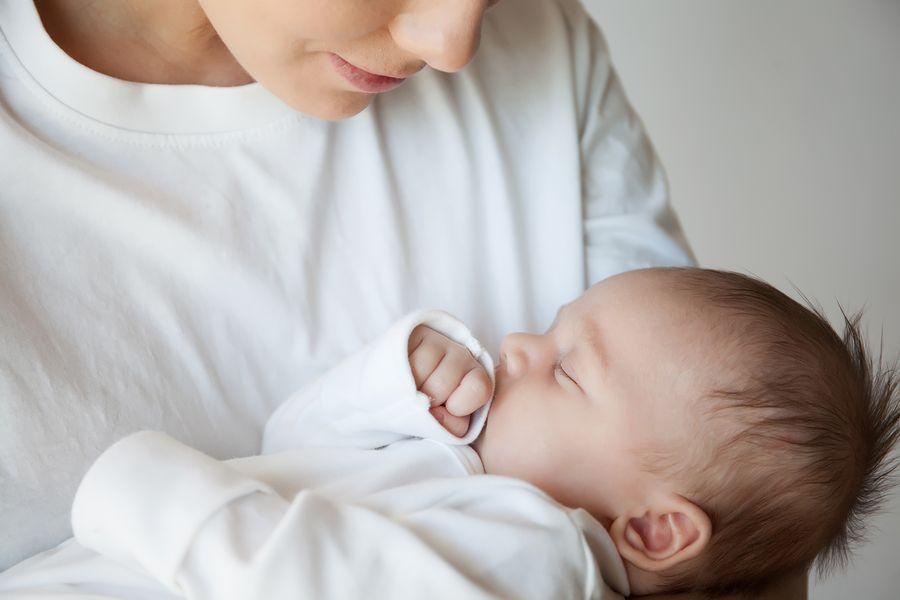 Moeder bij wie borstvoeding geven niet lukt houdt baby vast