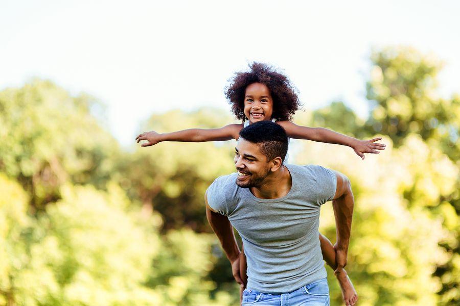 Vader draagt hypermobiel kind op zijn rug