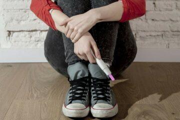 Tiener houdt zwangerschapstest vast, ontdekt tienerzwangerschap