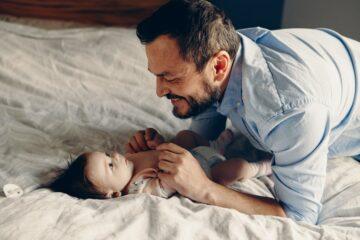 Vader en baby met korte meisjesnaam