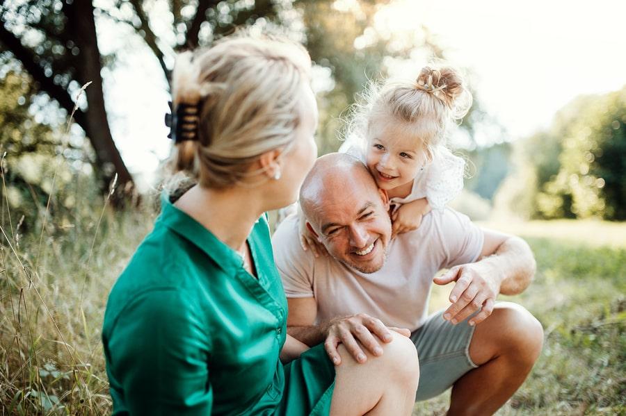 Vader, moeder en kind van 3 jaar lachen