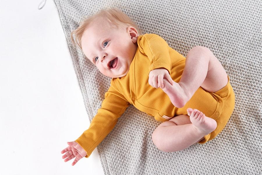 Baby in HEMA rompertje van bamboe