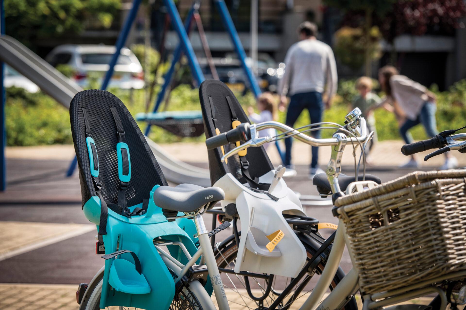 fietsstoel op een fiets in de speeltuin