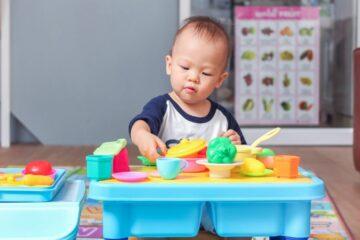 Kindje speelt met speelgoed voor sociaal-emotionele ontwikkeling