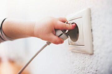 Peuter test veiligheid in huis bij stopcontact