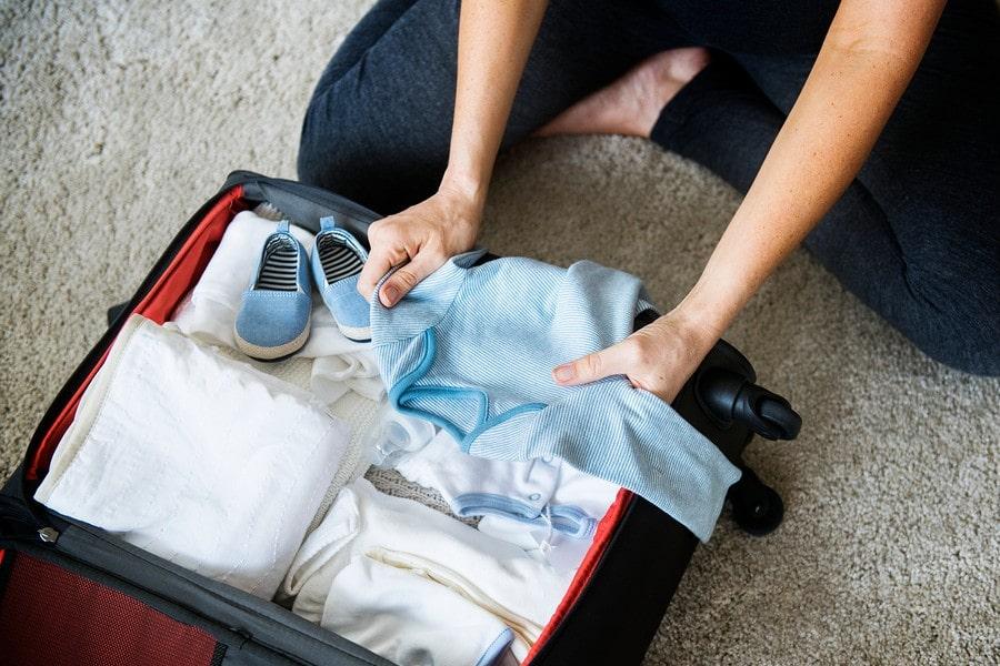 Zwangere vrouw pakt haar vluchttas in voor een ziekenhuisbevalling