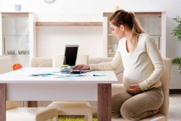 Vrouw bereidt gesprek over zwangerschap met haar werkgever voor