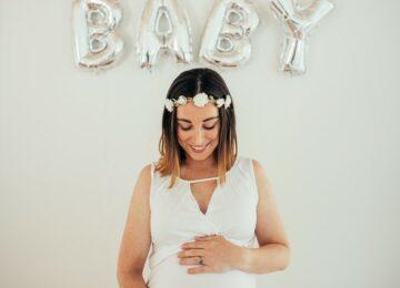 Zwanger vrouw kijkt naar haar buik op haar babyshower